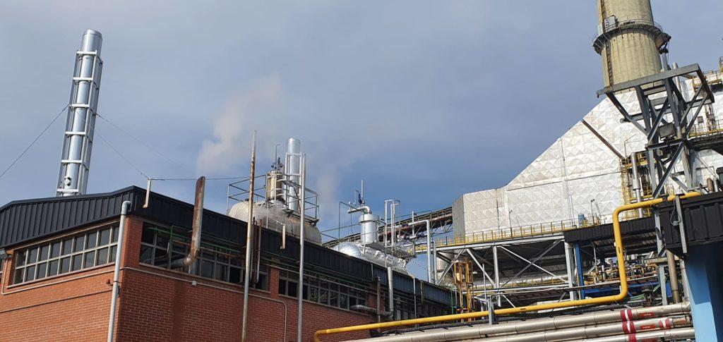 Montaje y aislamiento de instalaciones de combustion para la industria quimica - Montaje de las chimeneas de calderas y desgasificador -Soluciones Integrales de Combustion